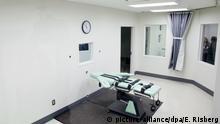 ARCHIV - 21.11.2016, USA, San Quentin: Blick in die Hinrichtungskammer des San Quentin Gefängnis, in der mit Injektion Urteile vollstreckt werden. Die USA wollen auf Bundesebene erstmals nach mehr als 15 Jahren wieder die Todesstrafe vollstrecken. Justizminister Barr habe eine entsprechende Änderung in die Wege geleitet, teilte das US-Justizministerium am Donnerstag in Washington mit. Es sei bereits die Exekution von fünf Häftlingen angeordnet worden, gegen die die Todesstrafe verhängt worden sei. Foto: Eric Risberg/AP/dpa +++ dpa-Bildfunk +++ |