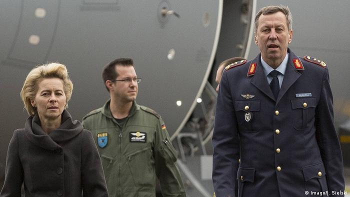 Ex-tenente-general Joachim Wundrak (dir., junto à então ministra da Defesa, Ursula von der Leyen) concorrerá em outubro de 2019 pela AfD