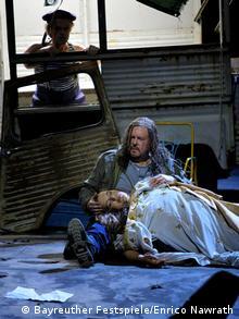 Tannhäuser cradles a dead Elisabeth on his lap while Oskar looks on