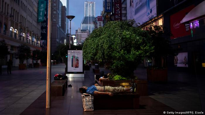China: Shanghai veranlasst Bewohner auf der Straße zu schlafen