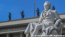 BG Alexander von Humboldt l Denkmal vor dem Hauptgebäude der Humboldt-Universität in Berlin