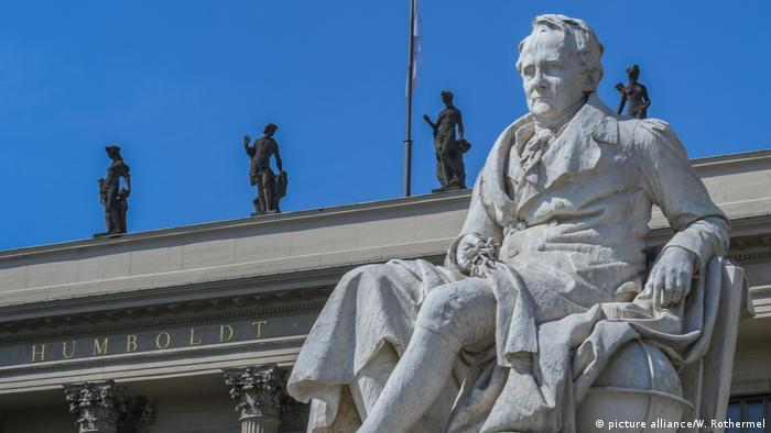 Statue of Alexander von Humboldt outside the main building of the Humboldt-University in Berlin (picture alliance/W. Rothermel)