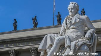 BG Alexander von Humboldt l Denkmal vor dem Hauptgebäude der Humboldt-Universität in Berlin (picture alliance/W. Rothermel)