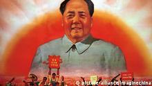 Das Poster mit Mao Tsetung vor der aufgehenden Sonne aus dem Jahr 1969 diente in China zu Propagandazwecken für die Kulturrevolution. Sinngemäß kann der Text wie folgt wiedergegeben werden: Alle Menschen der Revolution lieben dich so sehr!. |