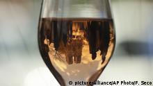 Frankreich Paris Notre Dame spiegelt sich in Weinglas