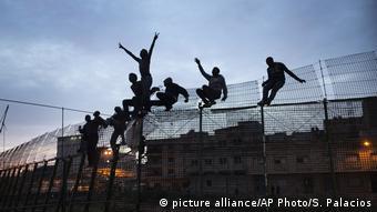 Μετανάστες πηδούν τον φράχτη της Μελίγια