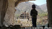Jemen Konflikt l Junge inmitten zerstörter Gebäude in der Stadt Taez