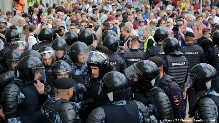 Moscow police block demonstrators in front of Moscow city hall on Saturday