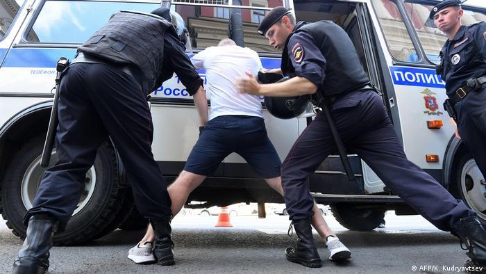 Полиция задерживает протестующих в Москве