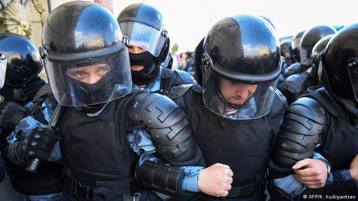 Силовики оттесняют протестующих