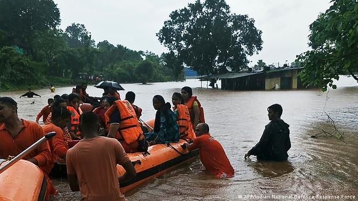Indien Zug steckt in Monsunfluten fest - 700 Reisende gerettet