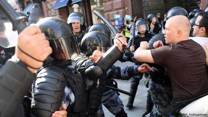 Столкновения протестующих с полицией во время несанкционированной акции оппозиции 27 июля 2019 года