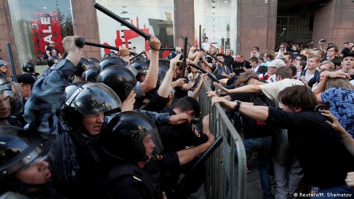 Полиция бьет дубинками протестующих в Москве, 27 июля 2019