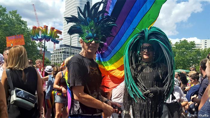 حمایت شهروندان برلین، از سنین و قشرهای گوناگون از رژه افتخار همجنسگرایان نشان میدهد که جامعه آلمان به حدی از بلوغ فرهنگی رسیده که وجود گروههای گوناگون اجتماعی را پذیرا شده است.