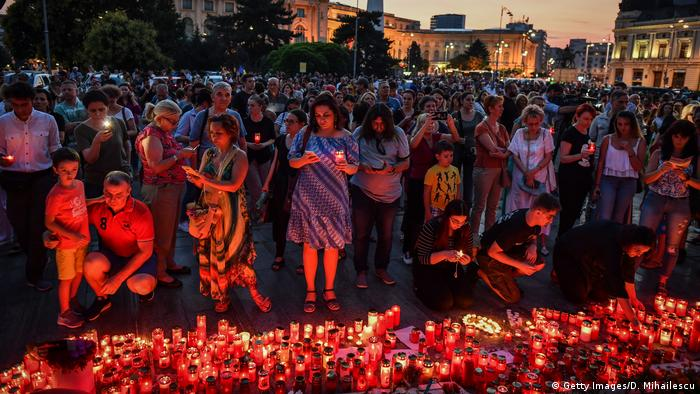 Romanians light candles in front of the Romanian Ministry of Interior (Getty Images/D. Mihailescu)