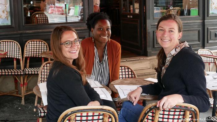 DW reporters Giulia Saudelli and Luisa von Richthofen meeting up with local guide Maya in Paris, France.