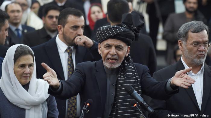 Afghanistans Präsident Aschraf Ghani (M.) gilt den Taliban als Marionette (Getty Imaes/AFP/W. Kohsar)