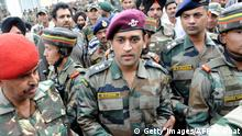 Indien l Cricketspieler Mahendra Singh Dhoni in Millitäruniform (Getty Images/AFP/R. Bhat)