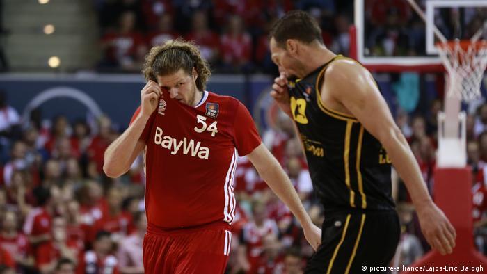 Basketballer beim Schwitzen (picture-alliance/Lajos-Eric Balogh)