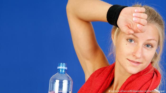 Verschwitze, junge Frau beim Sport - (picture-alliance/Bildagentur-online/Begsteiger)