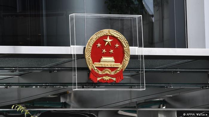 """美国政府首次发布香港商业警告,提醒美国企业警惕香港《国安法》实施后造成的风险。华盛顿同时宣布制裁7名香港中联办副主任。受到制裁的七人分别为陈冬、何靖、卢新宁、仇鸿、谭铁牛、杨建平和尹宗华。此前,美方已宣布制裁包括香港特首林郑月娥、中联办主任骆惠宁在内的11名中港官员,称他们""""损害香港自治""""。被列入制裁名单的人士在美资产将被冻结。中国外交部驻港公署在其网站发文表明立场:中方不怕鬼、不惧压、不信邪,美方霸凌制裁注定多行不义必自毙!。"""