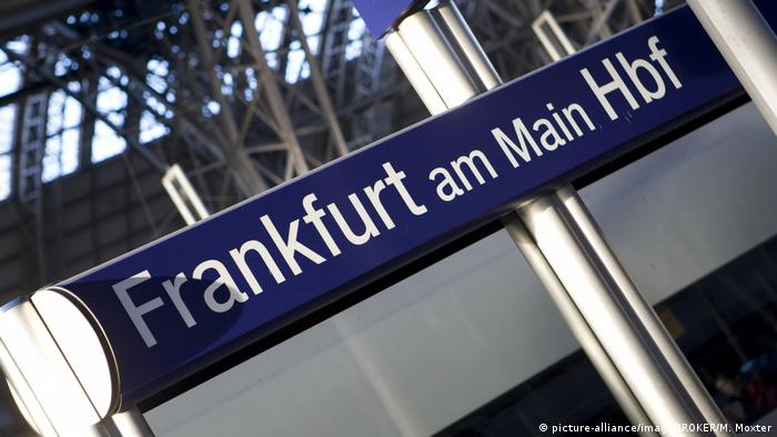 Schild Frankfurt am Main Hbf (picture-alliance/imageBROKER/M. Moxter)