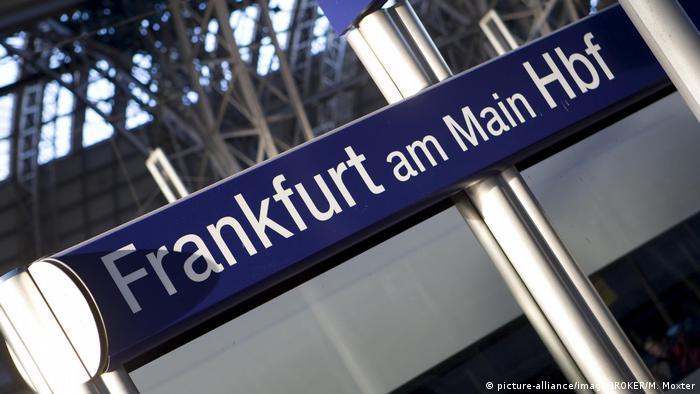 Sign: Frankfurt am Main Hbf (picture-alliance/imageBROKER/M. Moxter)