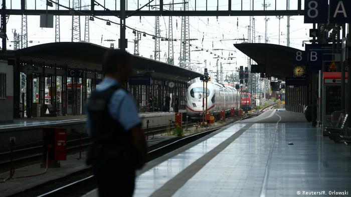 Germany′s Seehofer wants tougher checks on Swiss border   News   DW