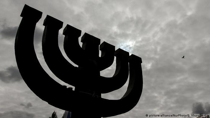 Менора - пам'ятний знак на честь євреїв, розстріляних у Бабиному Яру в 1941 році під час окупації Києва нацистами