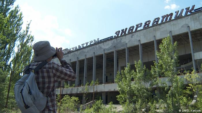 Tourist photographing a building in Pripyat (DW/D. Katkow)