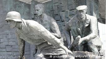 Μνημείο προς τιμήν των εξεγερθέντων στο κέντρο της Βαρσοβίας
