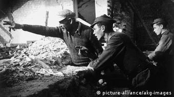 Πολωνοί στρατιώτες στα ερείπια