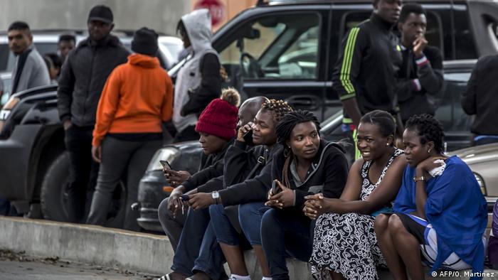 Um grupo de migrantes africanos espera ser ouvido pelos serviços de migração dos EUA, em Tijuana