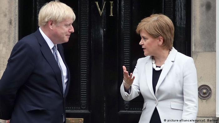 Джонсон вислуховує критику від Стерджен під час візиту до Единбурга