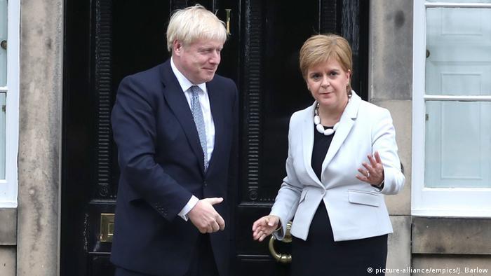 الوزيرة الأولى في اسكتلندا نيكولا ستيرجن ورئيس وزراء بريطانيا بوريس جونسون