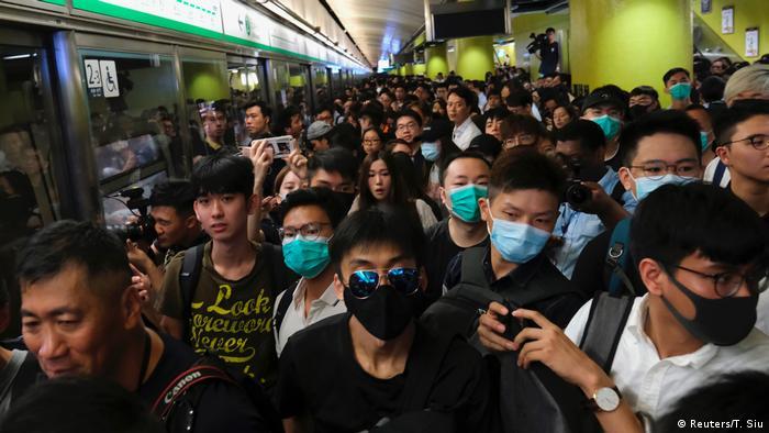 港人发起不合作运动 港铁瘫痪一时半