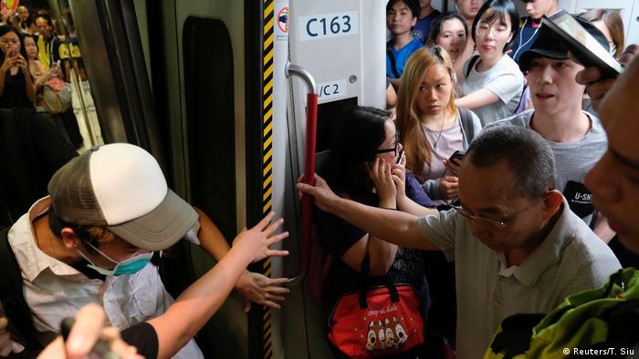 Hong Kong Proteste U-Bahn Blockade (Reuters/T. Siu)