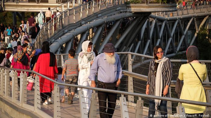 از دیدگاه متخصصان، زنان شیک پوش ایرانی: ۱- دارای استراتژی خرید هستند. ۲- آنها برای خود مجموعهای قابل تعویض دارند. ۳- لباسهای مناسب اندام انتخاب میکنند. ۴- طرحهای شلوغ را انتخاب نمیکنند. ۵- استایل خاص خود را دارند. ۶- از آرایش مو غفلت نمیکنند.