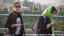 Immer mehr Frauen lassen in der Öffentlichkeit ihr Kopftuch auf die Schulter rutschen
