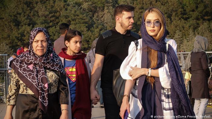 Още през декември 2019 иранският здравен министър предупреди, че психическите заболявания в страната се превръщат във все по-голям проблем. По данни на Съюза на иранските психолози, 1/4 от иранското население страда от депресия. А през 2019 година американският институт Cato изчисли, че Иран е третата най-нещастна страна в света. При това пандемията още не беше започнала.