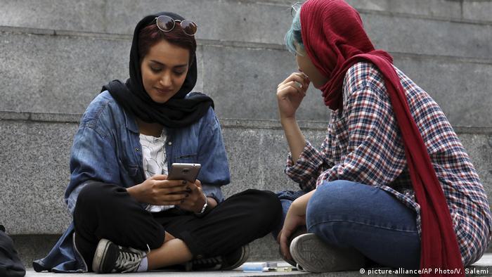 متخصصان دنیای مد بین شیکپوشی با گرانپوشی و برند پوشی تمایز قائل میشوند. بنظر میرسد شرایط بحران اقتصادی که در سالهای اخیر بر ایران سایه افکنده نیز مانع از شیک پوشی زنان نشده است.