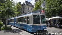 Schweiz: Tram in der Altstadt in Zürich