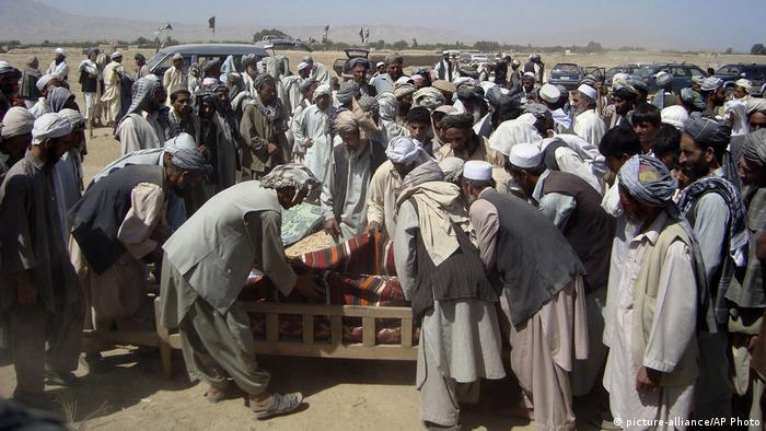 Symbolbild Afghanische Dorfbewohner begraben Todesopfer von einem NATO-Luftangriff