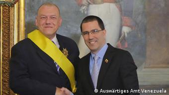 Ο πρέσβης Νίκος Κοτροκόης δέχεται τα συγχαρητήρια του υπουργού Εξωτερικών Χόρχε Αρεάσα μετά την παρασημοφόρηση