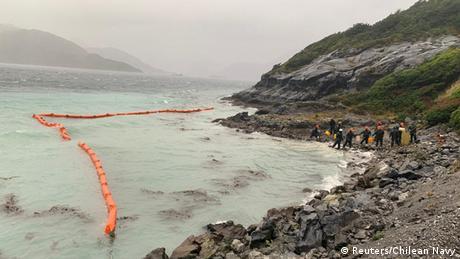 Marineros estan limpiando la costa.