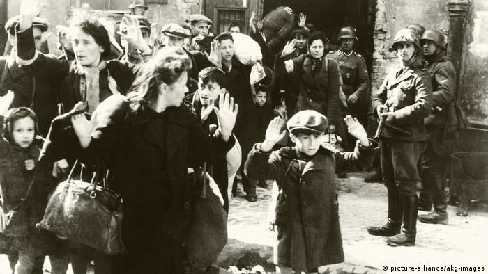 Ostatnie dni warszawskiego getta. Do dziecka z karabinu celuje Josef Blösche (2. od prawej)