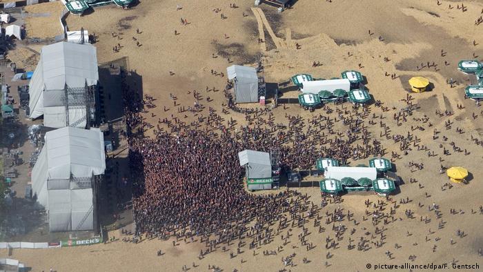 Dos escenarios techados y una masa de gente.