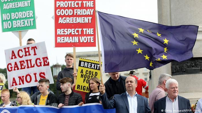 Großbritannien Boris Johnson in Belfast Proteste (Getty Images/AFP/P. Faith)