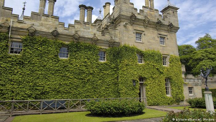 Scottish castle covered with vines (picture-alliance/J. Moreno)