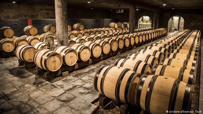 Wine barrels at Genoels-Elderen (picture-alliance/J. Tack)